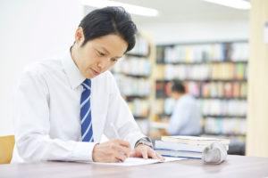 合格者の8割超が若者の公認会計士試験、税理士試験は半数以上が40歳以上